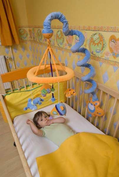 Крутящаяся карусель на кроватку своими руками